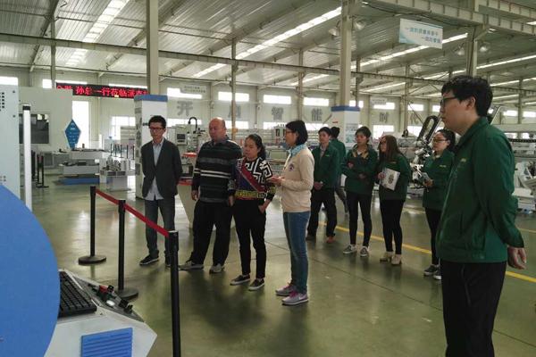 海外客户参观型材加工中心